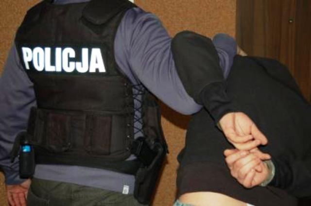 policjant z zatrzymanym