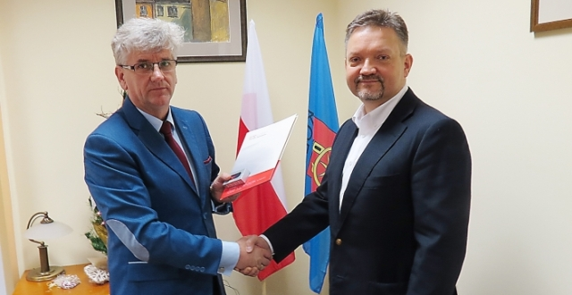 marek_bernaciak_przekazuje_prawa_burmistrzowi_kola